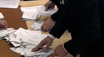 Rösträkning. Bild från riksdagens webbtv.