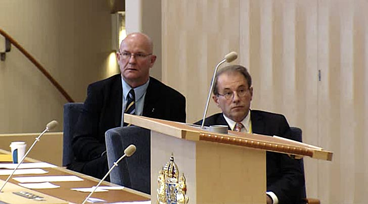 Per Westerberg (till höger) inväntar rösträkningen. Bild från riksdagens webbtv.